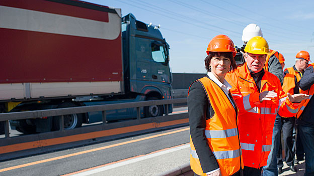 Bundesrätin Doris Leuthard liess sich die Autobahn-Baustelle bei Gunzgen erklären. Hier gibt es künftig Platz für 120'000 Fahrzeuge am Tag.