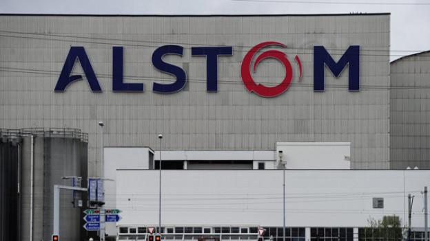Alstom-Fabrikhalle in Birr mit grossem Logo