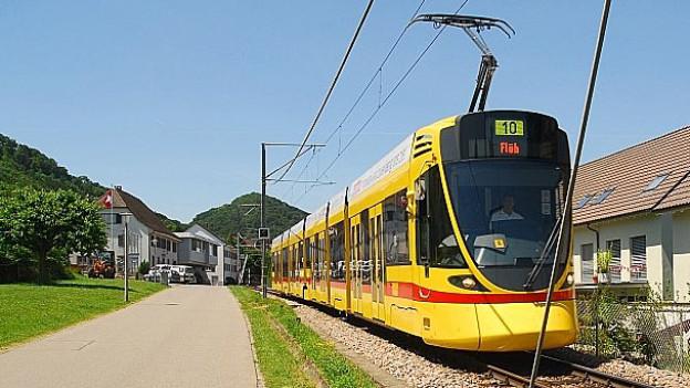 Das Tram Nr. 10 fährt von Basel in den Kanton Solothurn.