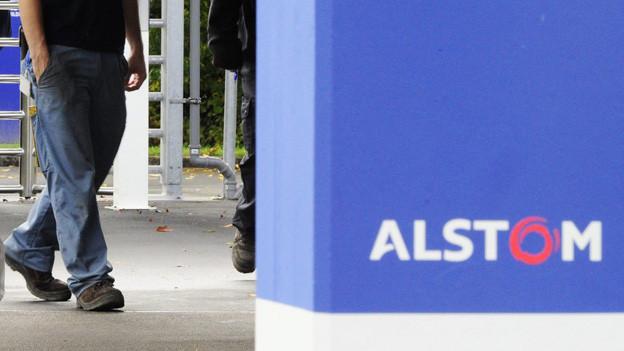 Mitarbeiter verslassen das Alstom-Werk in Birr.