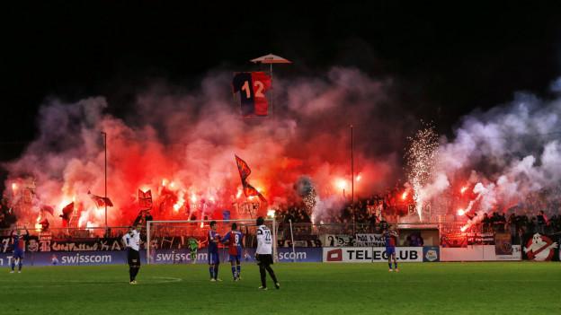 Die Basler Fankurve feiert das 3-1 beim Fussball Meisterschaftsspiel der Super League zwischen dem FC Aarau und dem FC Basel am Donnerstag, 15. Mai 2014, im Stadion Bruegglifeld in Aarau.