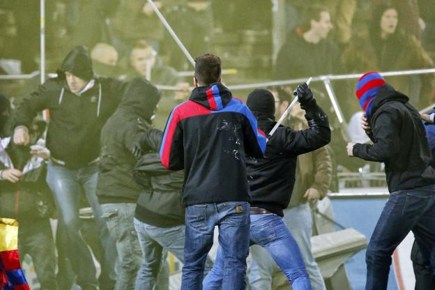Die Polizei trennt die Balser Hooligans und Fans von den Aarauer Hooligans nach dem Fussball Meisterschaftsspiel der Super League zwischen dem FC Aarau und dem FC Basel am Donnerstag, 15. Mai 2014, im Stadion Bruegglifeld in Aarau. (