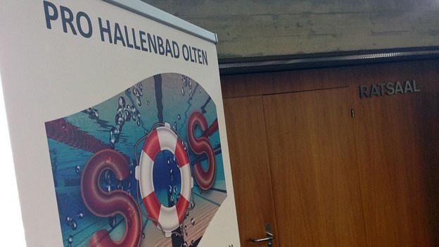 Mit einem Pro-Hallenbad-Plakat wurden die Parlamentsmitglieder am Eingang des Saals begrüsst.