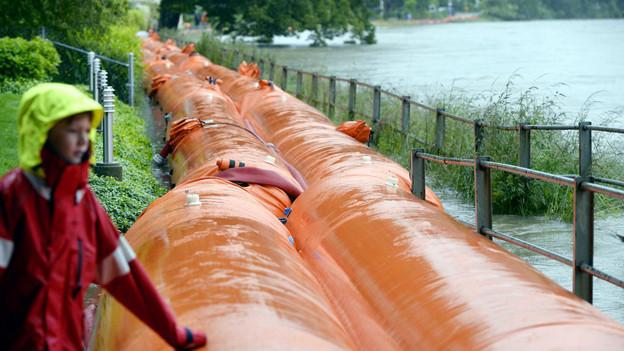 Wie im Juni 2013 werden wieder Hochwasserschutz-Elemente aufgebaut.
