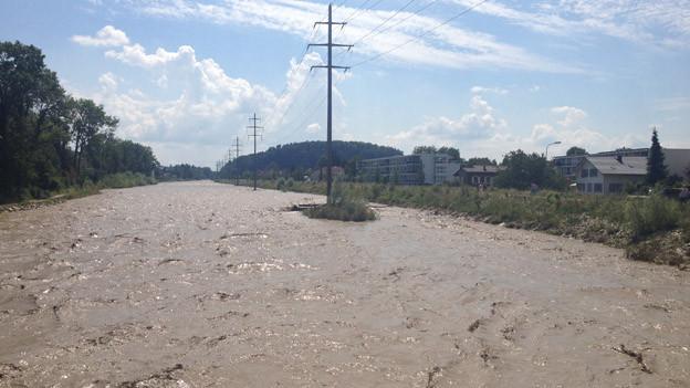 Hochwasser im verbreiteten Flussbett der Emme.