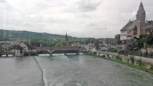 Am Montagnachmittag ist die Reuss vor den Regenfällen noch unter den Hochwassermarken.