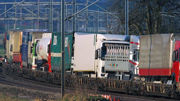 Lastwagen auf Bahnwagen