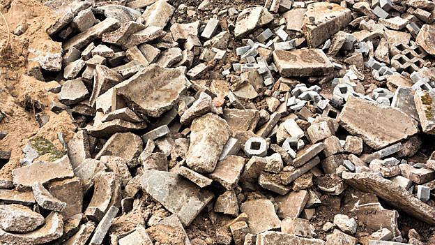 Auf einer Inertstoff-Deponie wird ungiftiger Bauschutt abgeladen, hauptsächlich Steine, Ziegel, Mauerwerk u.Ä.