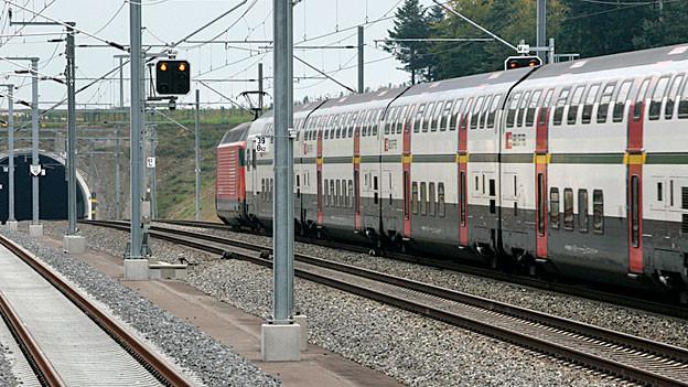 Mehrere Jugendliche haben am Dienstagabend eine Betonplatte auf die Neubaustrecke Bern-Olten gelegt.