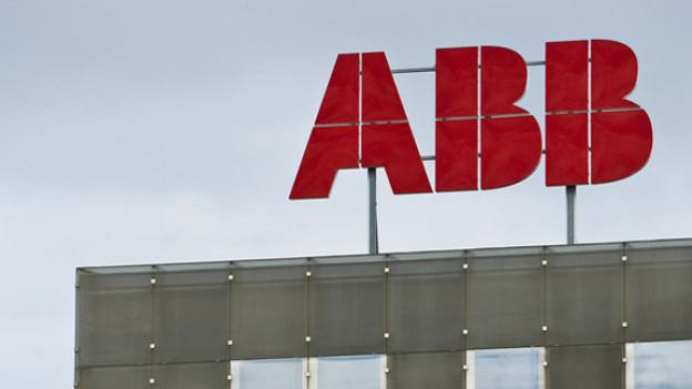 ABB-Logo auf einem Gebäude vor dem Himmel