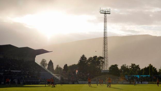 Sonnenuntergang hinter dem Fussballstadion von Grenchen
