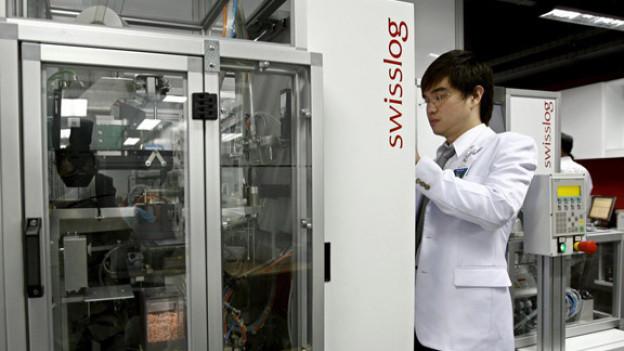 Medikamentenroboter mit thailändischem Arzt, das Swisslog-Logo ist deutlich erkennbar