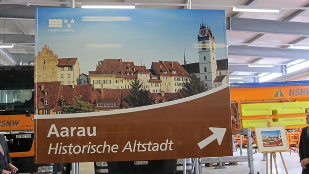 Bei den Aargauer Städten oder sonstigen Touristenattraktionen wie dem Schloss Wildegg stehen konkrete Hinweisschilder.