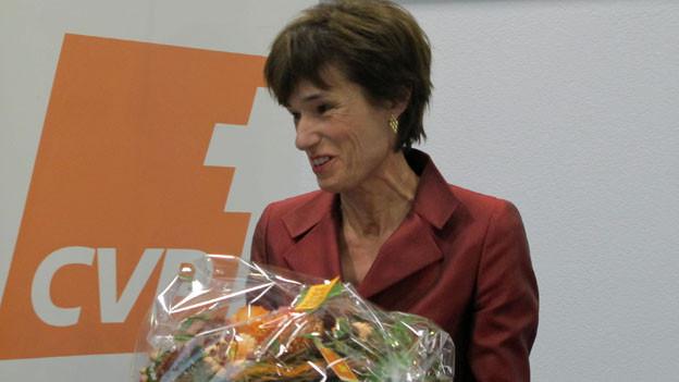 Ruth Humbel mit Blumenstrauss.