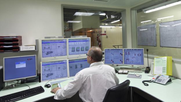 Mitarbeiter in einem Kontrollraum von Beznau