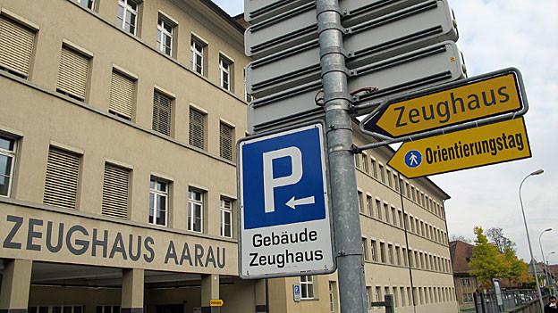 210 Jahre lang mussten Armeeangehörige ihre Ausrüstung Ende Wehrpflicht hier abgeben. Nun zieht der Kanton Aargau mit Büros im Gebäude ein.