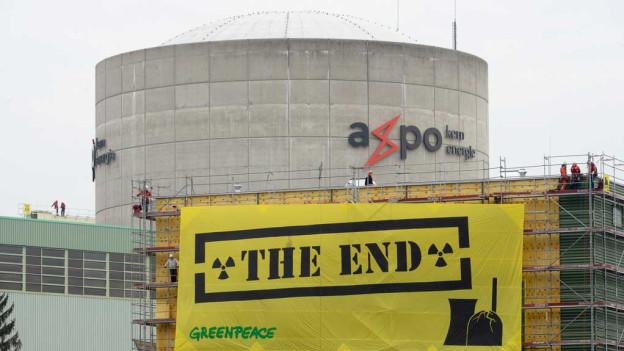 Blick auf das AKW Beznau mit dem gelben Transparent von Greenpeace mit der Aufschrift «The End».