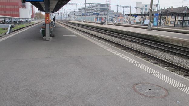 Leeres Perron am Bahnhof Aarau