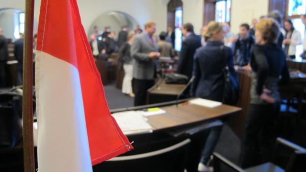 Blick in den Kantonsratssaal, im Vordergrund die Fahne des Kantons.