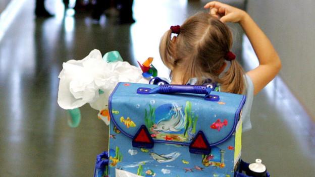 Kind mit Schulrucksack