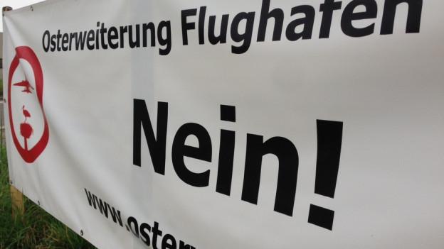 Plakat der Gegner einer Pistenverlängerung am Flughafen Grenchen
