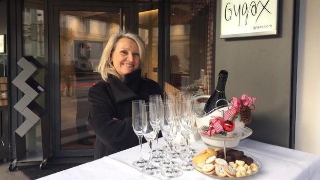Champagner und Guetzli – Barbara Manz, Fachberaterin, empfängt die Kundschaft am Sonntag in der Bijouterie Gygax in Aarau bereits vor dem Geschäft.