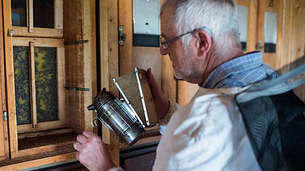 Milben bekämpfen – das geht bei tiefen Temperaturen besonders gut. Im Bild: Imker behandelt Milben mit Ameisensäure.