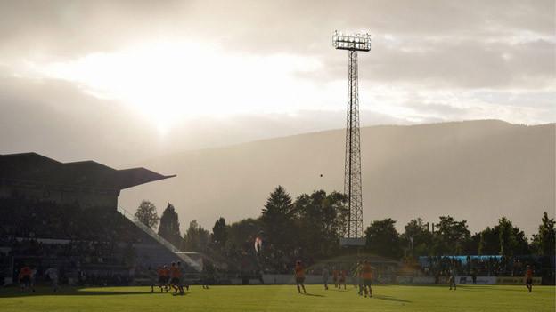 Die Sonne scheint durch die Wolken über dem Stadion Grenchen.