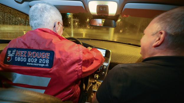 Fahrer von Nez Rouge mit Passagier im Auto.