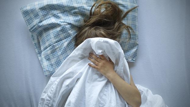 Mädchen im Bett.