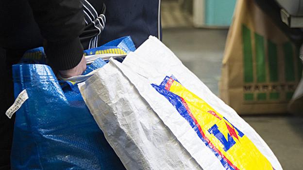 Taschen am Boden mit Kundenhand