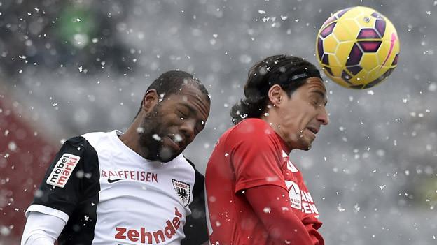 Zwei Spieler kämpfen um den Kopfball