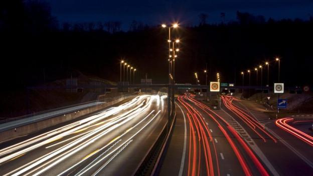 Wird es bald dunkel vor dem Bareggtunnel? Der Bund will Strom sparen.