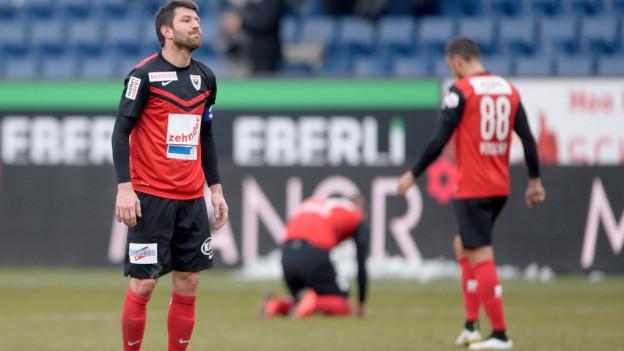 Spieler des FC Aarau mit hängenden Köpfen auf dem Spielfeld