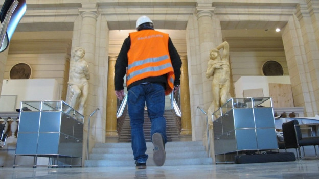 Bauleiter mit Leuchtweste im Kunstmuseum