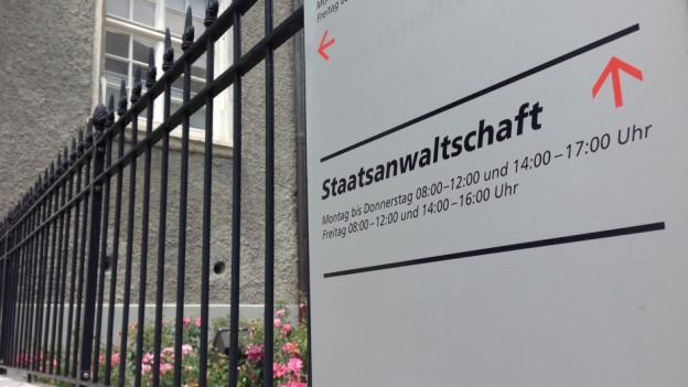 Schild mit der Aufschrift Staatsanwaltschaft im Gebäude des Solothurner Franziskanerhofs.