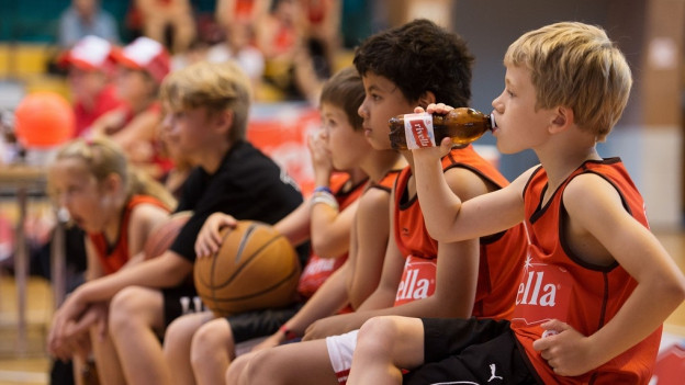 Basketball-Kids trinken Rivella rot.