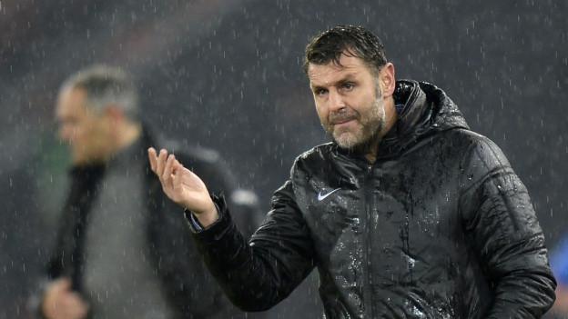 Sven Christ steht im Regen: Nach dem Spiel gegen GC scheint er den Rückhalt auf dem Brügglifeld zu verlieren.