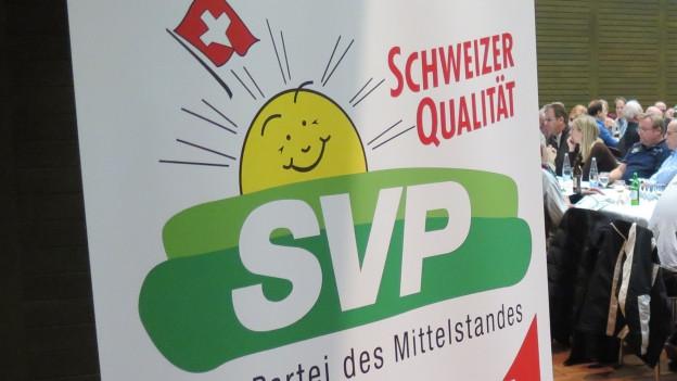 Bild des SVP-Logos an einer Mitgliederversammlung.