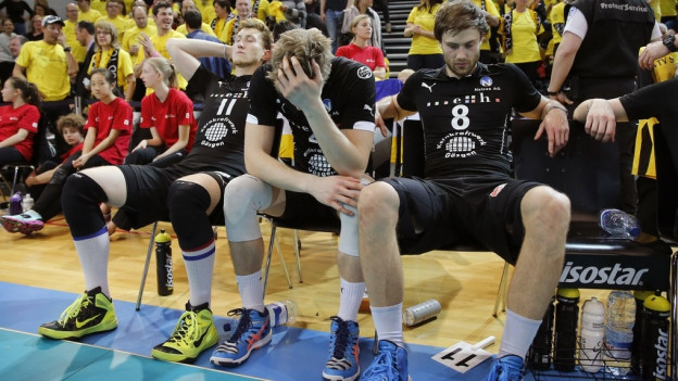 Spieler schauen enttäuscht drein.