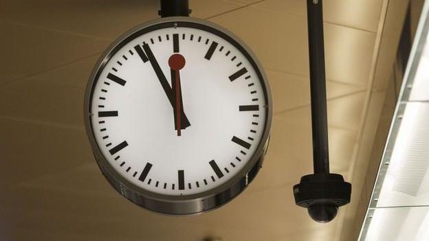 Die Bahnhofsuhr in Turgi zeigt auch am Montag nach der Zeitumstellung noch die Winterzeit an.