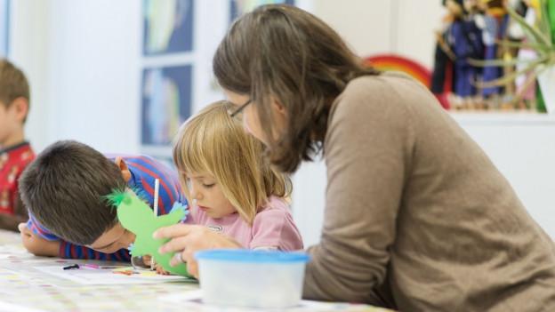Kindergärtnerinnen sollen mehr Lohn erhalten. Die Mehrkosten dafür betragen 9,4 Millionen Franken pro Jahr.