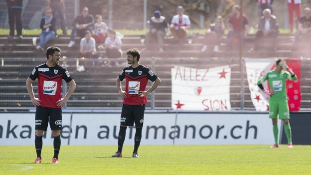 Die Spieler des FC Aarau sind konsterniert nach der Niederlage gegen Sion.