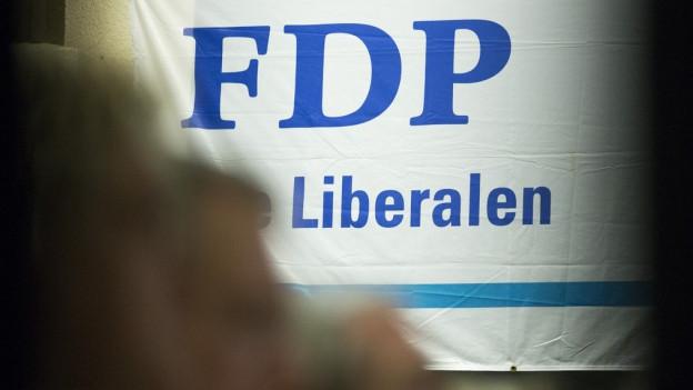 Das Logo der FDP ist auf Transparent zu sehen an der Delegiertenversammlung der FDP des Kantons Bern in Bueren an der Aare am Mittwoch, 4. Februar 2015.