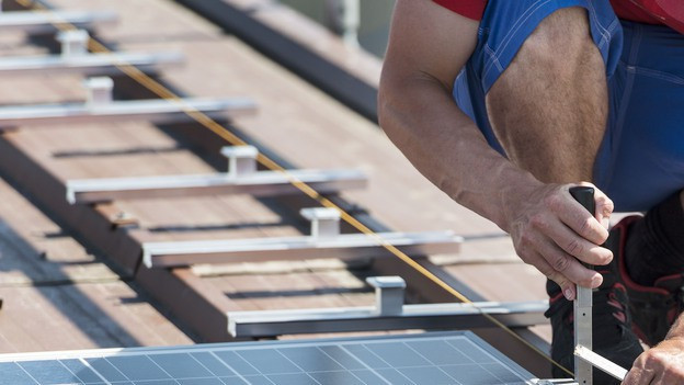 Handwerker montiert Photovoltaik-Panels