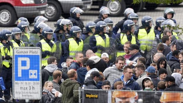 Die Polizei hat die Fans umstellt.