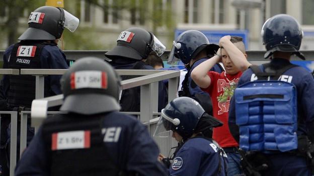 Polizisten halten FCZ-Fans fest