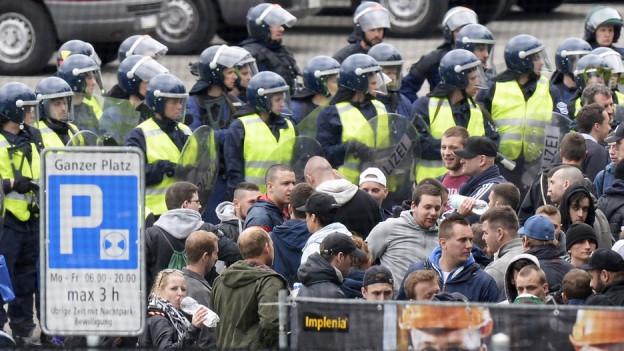 Polizisten kesseln Fans ein.