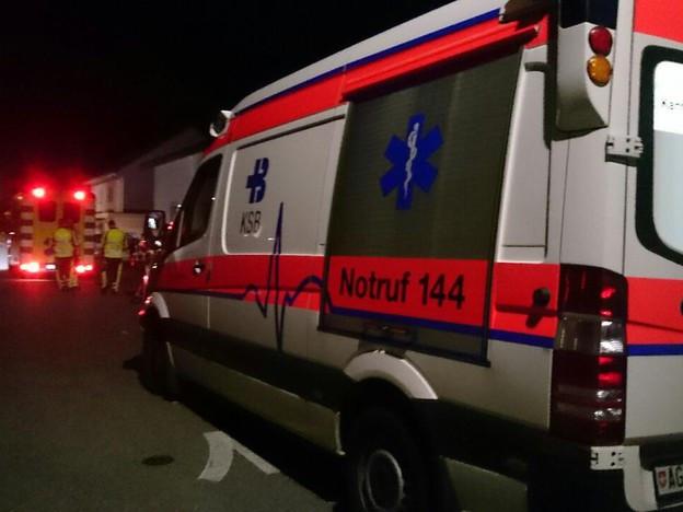 Ambulanz und Polizeiautos in Würenlingen in der Nacht.