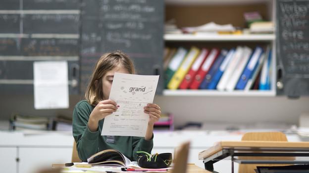 Schülerin liest Text.